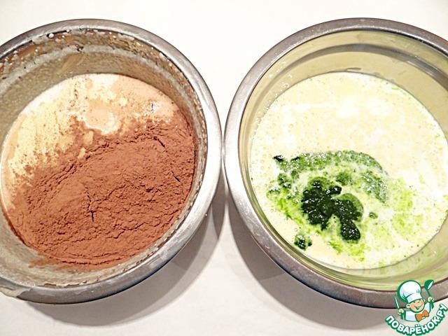 В одну часть добавляю просеянное какао и молоко (3/4 стакана), в другую – измельченный шпинат и молоко (1/2 стакана).