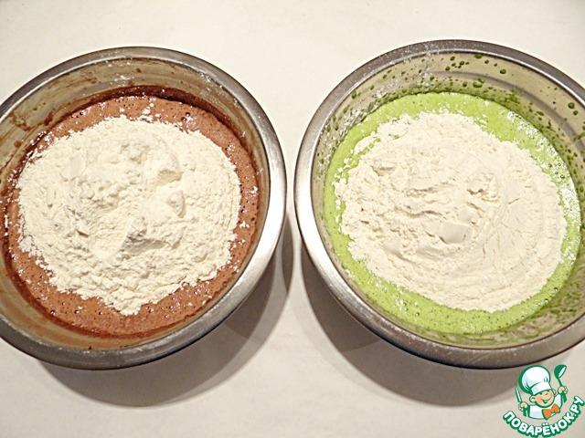 Сухую смесь делю на 2 равные части, добавляю к жидким смесям.