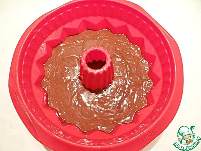 Силиконовую форму (диаметр моей формы 22 см) смазываю растительным маслом, выливаю в нее коричневое тесто.