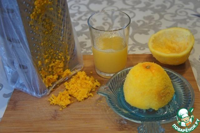 Апельсин вымыть, обсушить, снять цедру и выжать сок.
