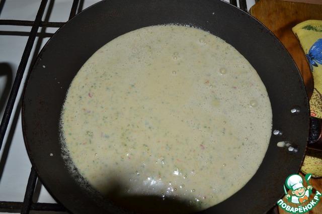Выливаем смесь из бленедера на разогретую сковороду. Пусть часть жидкости выпарится.