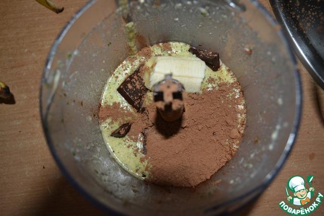 Выпарившийся соус вливаем обратно в блендер, добавляем шоколад, ст. л. какао без сахара и секрет от Джейм - 3 см банана, чтобы тот связал все воедино.