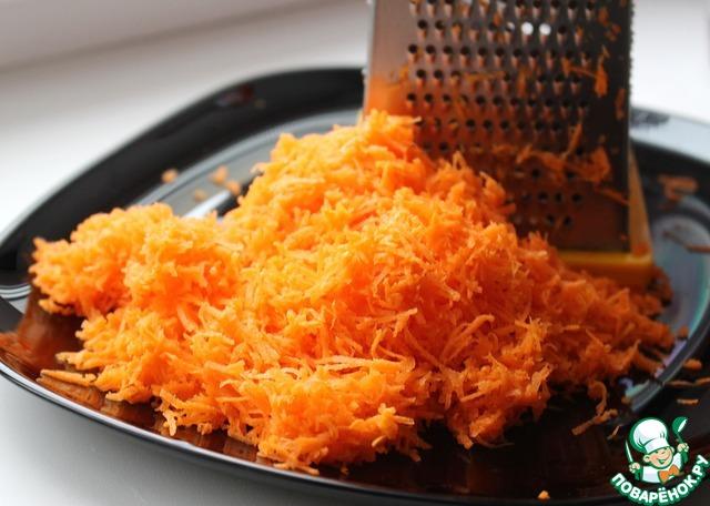 Натереть на мелкой терке морковь. Должен получиться 1 стакан натертой моркови.