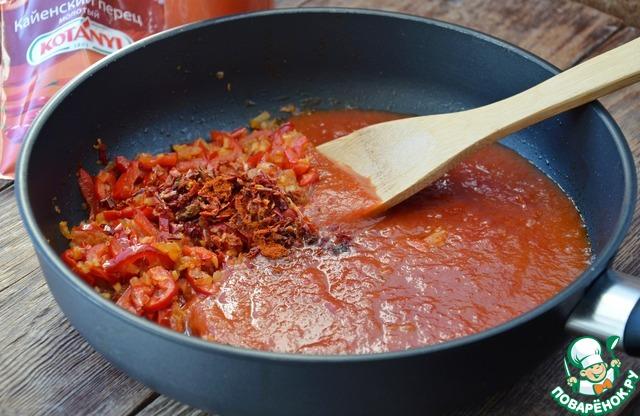 Добавить специи кроме соли. Кайенский перец добавлять с осторожностью, он очень острый.        Залить все томатным соком (у меня сок томатный домашний, очень густой, он больше похож на соус, чем на сок, можно использовать томаты в собственном соку). Дать массе покипеть пару минут.