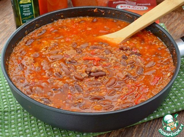 Добавить в томатно-овощную смесь фарш, потушить минут 5.        Залить бульоном, посолить, довести до кипения, убавить огонь до минимума и тушить минут 20, в конце добавить отварную фасоль, прогреть и отключить.    Густоту блюда регулировать говяжьим бульоном.
