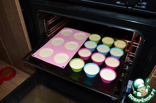 Выкладываем тесто в формочки и ставим в разогретую до 180-200*С духовку на 20-30 мин.