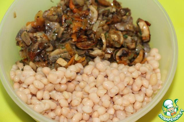 Овощи с грибами остудить и соединить с фасолью. Добавить соль и свежесмолотый черный перец, остальные травы и специи по Вашему желанию и вкусу. Я так часто делаю этот паштет, что и приправы добавляю разные. В ингредиентах указала наиболее часто используемые мной.