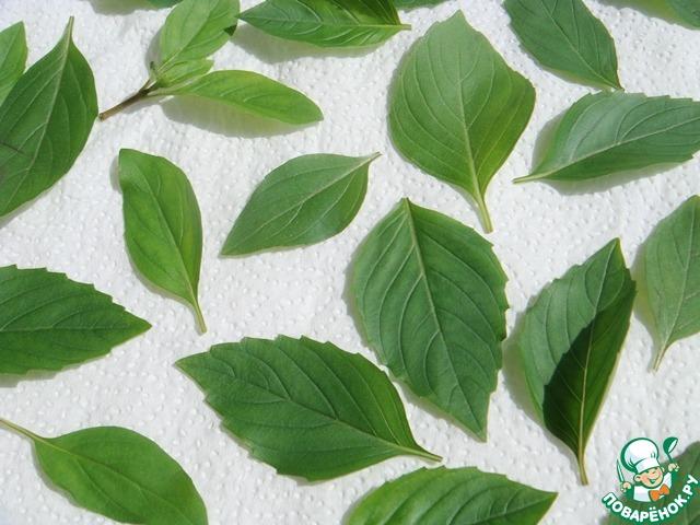 Промыть две веточки зеленого базилика, отщипнуть листочки и просушить, разложив на бумажном полотенце.