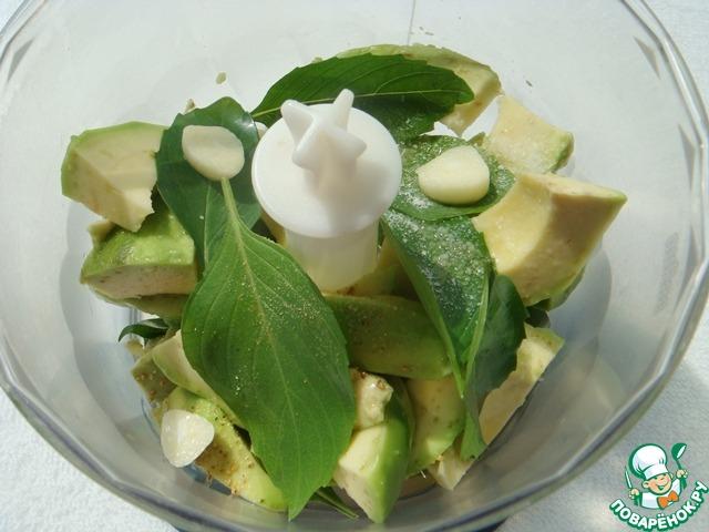 Авокадо очистить, нарезать ломтиками и сложить со всеми остальными ингредиентами в кухонный комбайн или блендер.