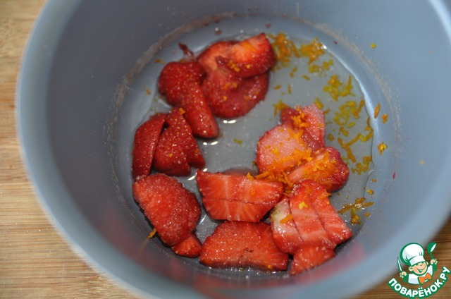 Добавляем пару ложек воды для растворения сахара, цедру лимона или апельсина.