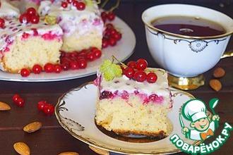Пирожное с красной смородиной и сметаной