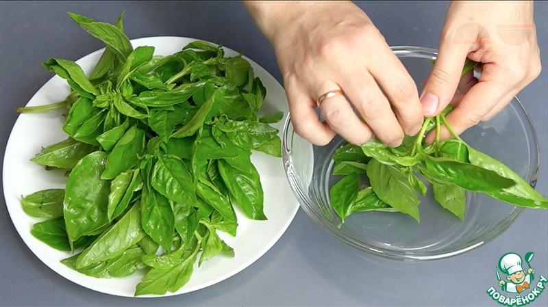 В ингредиентах я указала вес пучка базилика (вместе с веточками). Но для соуса нужны будут только листочки!   Поэтому отделаем все листочки от веточек.