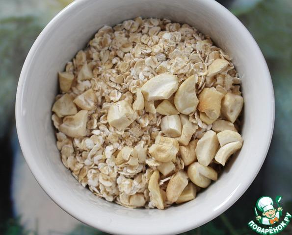 Добавить кокосовую стружку, овсяные хлопья и орехи (мне нравится, когда попадаются большие кусочки орехов). Тщательно перемешать.