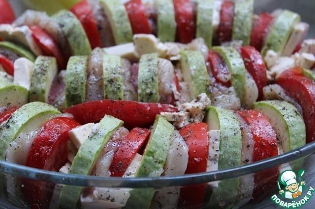 Нарезать кабачки и помидоры не очень тонкими кружками,    нарезать сыр и чеснок на пластины.    Вынимаем филе из маринада - маринад нам понадобится!    Выкладываем в форму для запекания в следующем порядке: кабачок-сыр -помидор-курица-каба ок-сыр и тд.    Между овощами выкладываем чеснок, остатки кабачка, сыра и помидора (если есть), солим и перчим по вкусу, добавляем колечки чили по вкусу