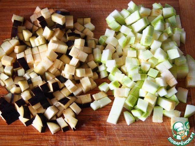 Затем баклажан и кабачок нарезать кубиками.