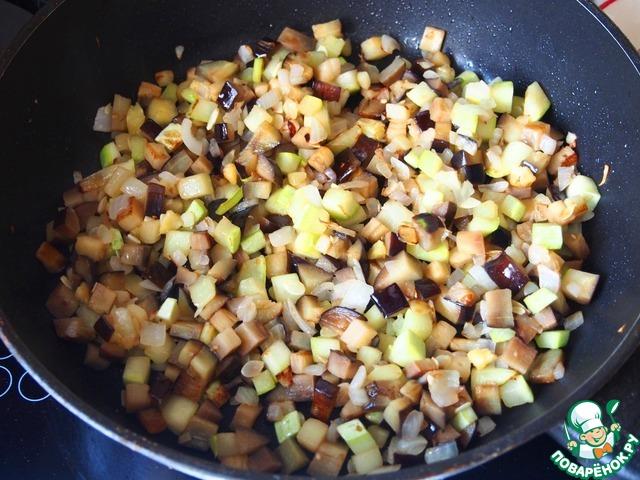 Лук, кабачок и баклажан обжарить в оливковом масле до мягкости на сильном огне.