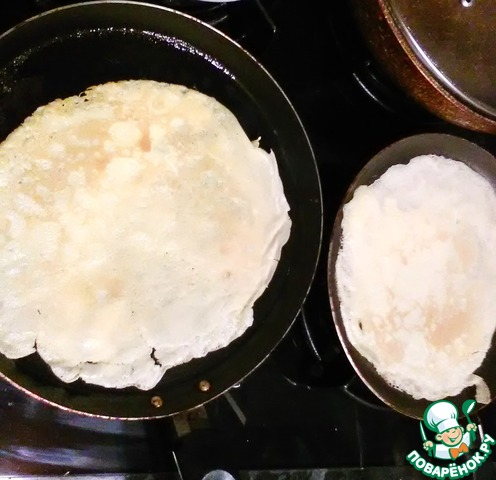 Разогреваем сковороду и тонким слоем, заливаем тесто равномерно по всей поверхности. Мы чтоб ускорить время, выпекаем сразу на двух сковородах