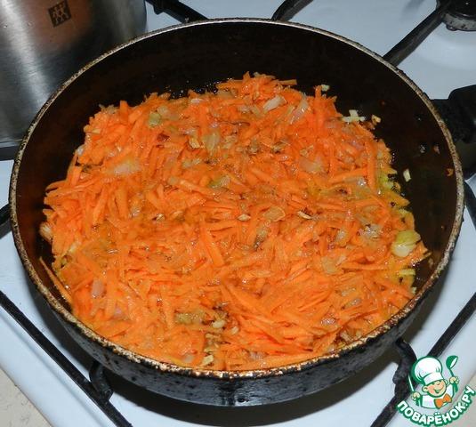 """Когда лук подрумянится, добавляем морковь, тертую на крупной терке. Если вы заметите, что морковь """"забрала"""" все масло, добавьте несколько ложек бульона из кастрюли. Также, помешивая, обжариваем минуты 2-3."""