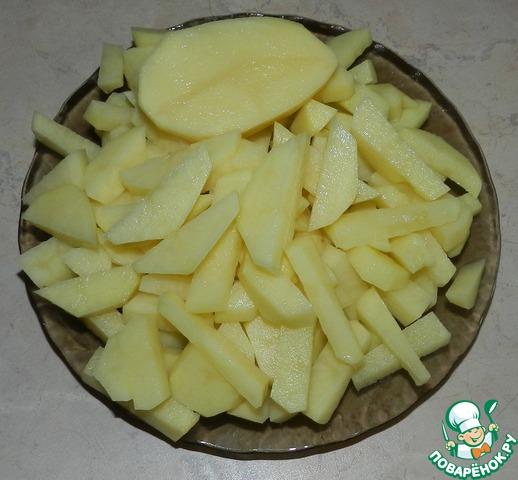 Пока варится бульон, чистим 5-6 картофелин среднего размера и режем их длинными кусочками.        3-й секрет: одну среднюю или половинку большого клубня оставляем целым.    Через 1.5 часа выключаем бульон, вынимаем из него мясо.         4-й секрет: обязательное и наиважнейшее действие! аккуратно переливаем бульон в другую кастрюлю, оставляя в посуде, в которой мы его варили, ошметки пены и возможные кусочки кости. Мое личное мнение: если вы едите суп, борщ, щи, солянку - любое первое блюдо, и вам попадается мелкая косточка - это хозяйкин глубочайший позор, ни я, и никто из моей семьи такое дальше есть не будут!         Когда перелили бульон, снова ставите его на средний огонь и закладываете в него картофель: нарезанный и одну штуку целую. Солим по вкусу.