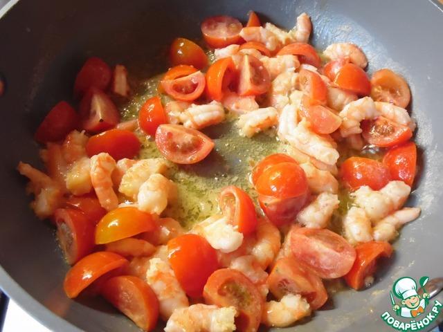Черри нарезать четвертинками, креветки разморозить. Подготовленные продукты добавить к чесноку, обжарить 2 минуты.