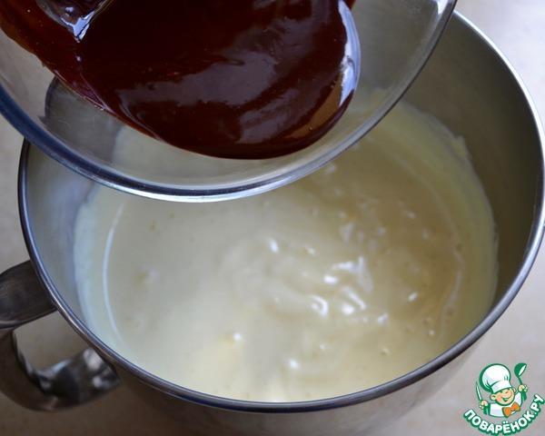 В отдельной миске взбить яйца с сахаром до посветления массы и растворения сахара, около 8 минут.   Добавить в яичную массу шоколад и перемешать.