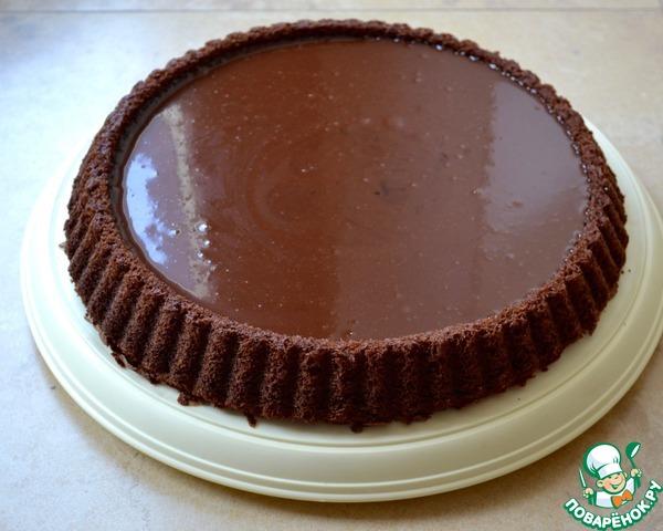 Еще слегка теплый ганаш залить в подготовленный бисквит. Разровнять.    Дать постоять 20 минут при комнатной температуре и после убрать торт в холодильник на 3 часа.     Часть ганаша немного впитается в бисквит...