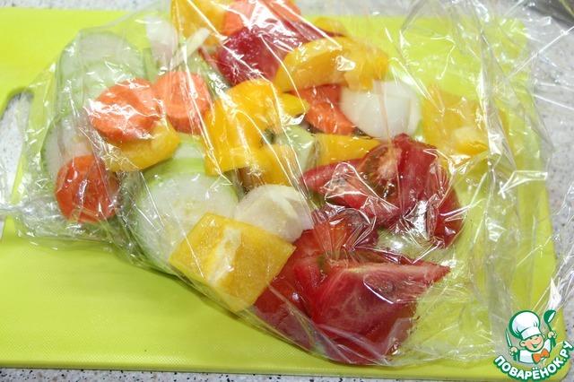 Овощи порезать кусочками, сложить в пакет или рукав для запекания