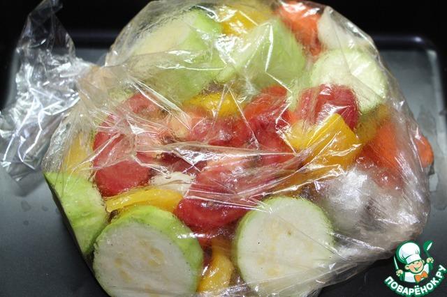 В пакет влить пару ложек растительного масла, приправить солью и перцем, перемешать овощи руками поверх пакета. Пакет выложить на противень, сделать в пакете несколько проколов зубочисткой. Поставить противень в разогретую до 180 градусов духовку на 1 час.