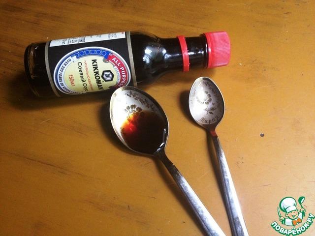 Смешать свинину с 1 ч л соевого соуса, вином и сахарным песком. Оставить на столе для маринования на 30 мин (можно и дольше).