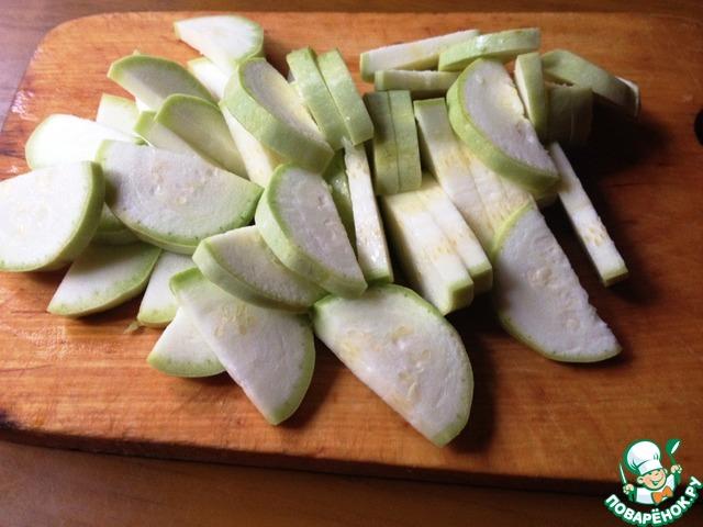 Кабачки вымыть, обсушить, нарезать ломтиками.   Вымытый и обсушенный зелёный лук нарезать. Отложить немного для посыпки.