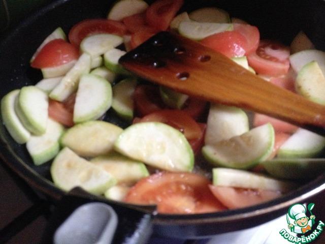 В сковороду выложить овощи. Обжарить на большом огне.   Вернуть в сковороду свинину. Готовить вместе несколько минут, влить оставшийся соевый соус. Перемешать. Прогреть.