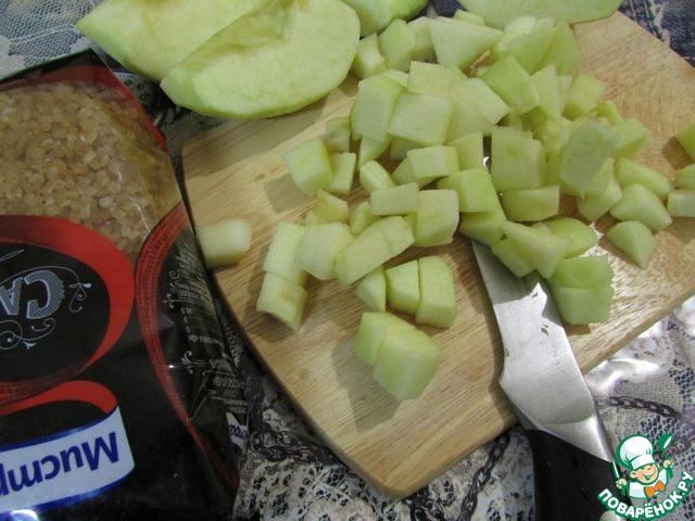 Яблоки помыть, очистить от кожуры, убрать сердцевину. Нарезать мелкими кусочками.