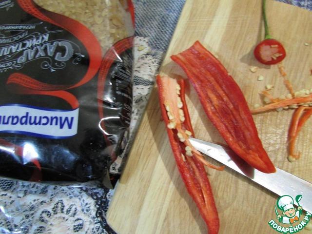 Перец чили помыть, обсушить. Разрезать вдоль. Обязательно удалить плодоножку, семечки и все перегородки (любителям острого можно этого не делать).
