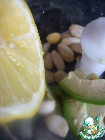 Для майонеза-соуса миндаль очистить (для этого залить кипятком и через 10 ( а может и раньше) минут шкурка быстро снимется.   Авокадо очистить от кожицы, косточку вынуть. Чеснок очистить.    Миндаль, авокадо, чеснок взбить вместе с лимонным соком.    Если Вам покажется соус густым, то можете её отрегулировать растительным маслом. Также можете отрегулировать вкус солью и перцем, но мы этого не делали, нам понравился именно такой нежный вкус.