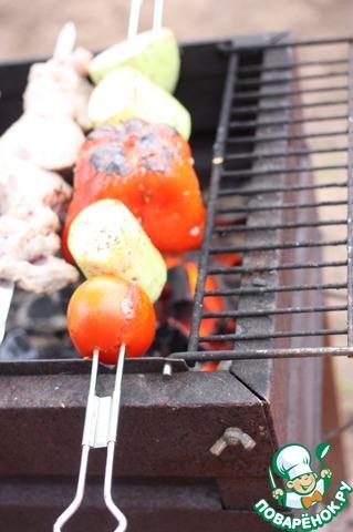 Овощи приготовить на углях.   Мы использовали двойные шампура фирмы Forester, которые прекрасно подходят для этого.
