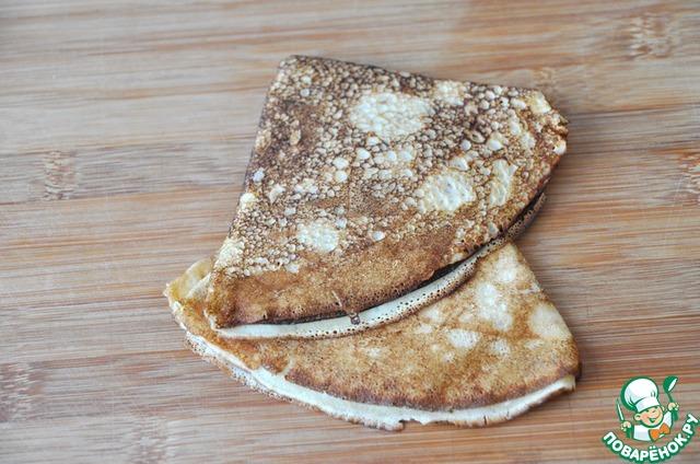Для приготовления 1 порции этого блюда понадобится 2 готовых несладких блина, сделанных по любому вашему рецепту.