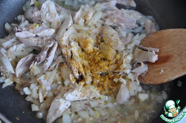 Добавляем куриный бульон, соль и порошок карри, перемешиваем.