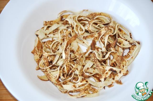 """Готовые блинные """"спагетти"""" кладём в глубокую тарелку и ставим в микроволновку на 1 минуту (не пересушите!), чтобы блины не были холодными при подаче."""