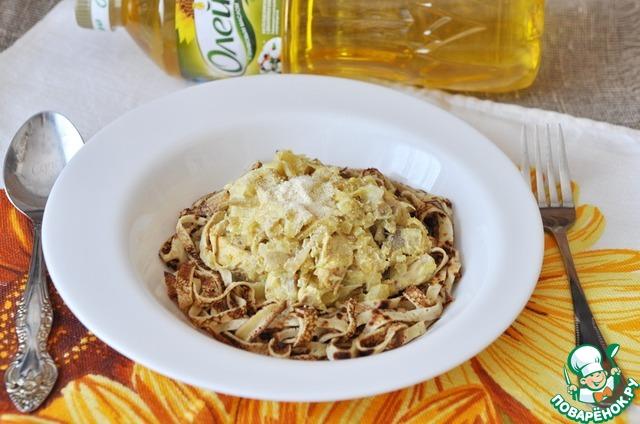 """Поливаем блинные """"спагетти"""" сливочно-куриным соусом, посыпаем тёртым пармезаном, у меня сухой, молотый.    Подаём блюдо сразу горячим.     Приятного аппетита!"""
