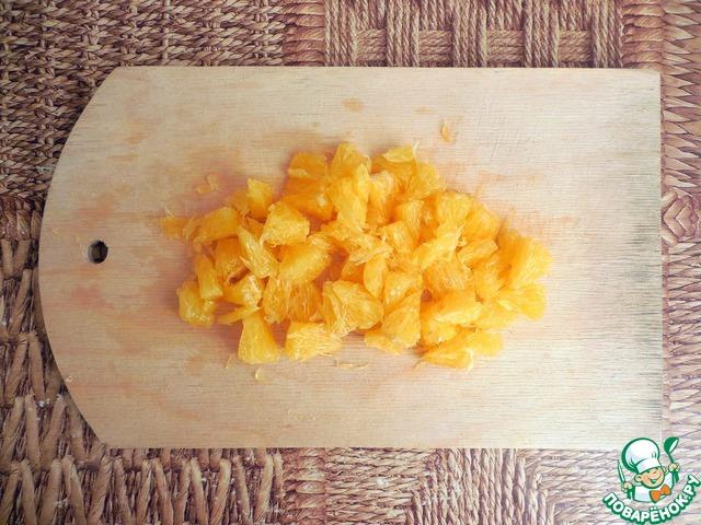 Процесс приготовления чатни требует больше времени, поэтому начнем именно с него.        Апельсин очистить от кожуры и пленок. Нарезать на небольшие кусочки.