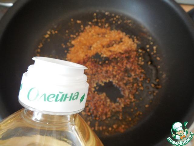 Специи прокалить на сухой сковороде, помешивая, чтобы не подгорели. Через 1 минуту добавить масло.