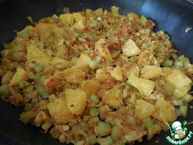 Добавить в сковороду сельдерей и апельсин и обжарить в течении 2-3 минут.