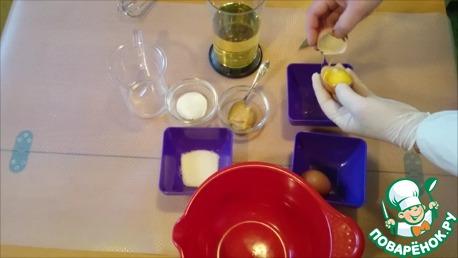 Отделяем желтки от белков.