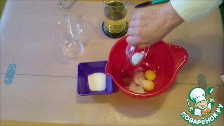 В глубокую ёмкость перекладываем желтки, добавляем горчицу, соль, сахар и хорошо перемешиваем.