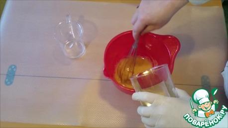 Понемногу, небольшими порциями наливаем растительное масло и перемешиваем.