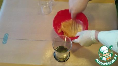 Когда соус загустеет, добавляем уксус, перемешиваем и за тем остальное масло.