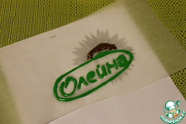 И рисуем на пергаменте, сначала зеленым цветом. Затем убираем в морозилку на 5 минут. Затем продолжаем рисовать другим цветом и опять убираем в морозилку. (Это нужно делать для того, чтобы разные цвета не смешивались.).