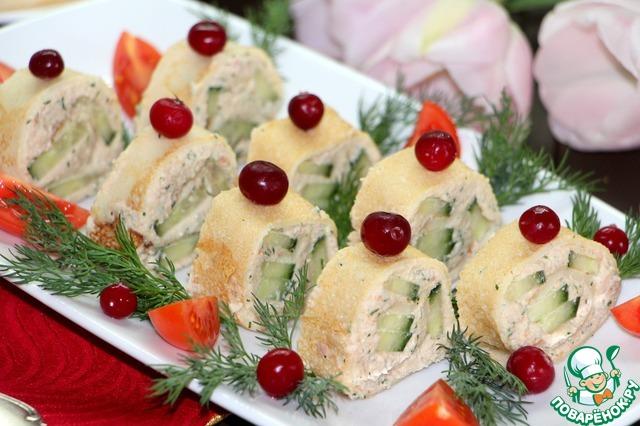 Рулет разрезать на ровные кусочки. Выложить на блюдо, декорировать ягодами клюквы, веточками укропа и помидорами черри, разрезанными на 4 части.   Или на свое усмотрение и желание!