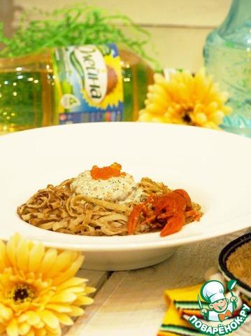 Выложить блины (спагетти) на тарелку. Сверху положить сырную начинку, украсить вареным раком и отмечать масленицу!!!