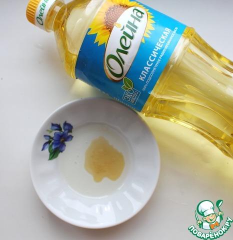 Смешать масло подсолнечное, мед и белый винный уксус и добавить к орехам.